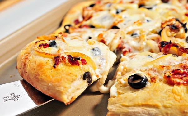 طريقة عمل البيتزا بالجبنة والزيتون بالصور