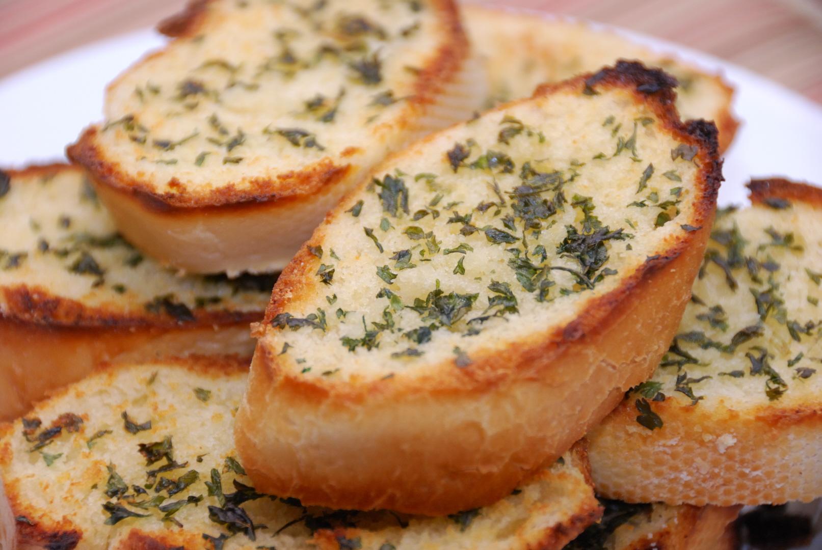 طريقة عمل الخبز بالثوم بالصور مع إضافة الاعشاب