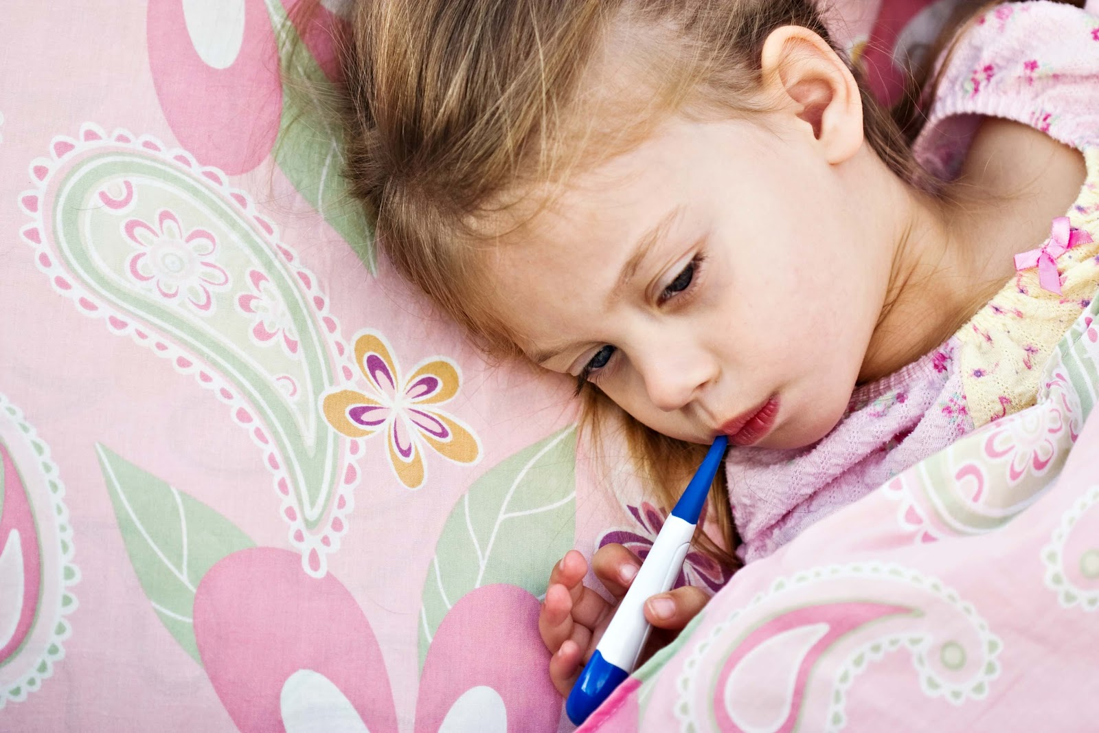 لا قلق بعد اليوم ١٠ طرق منزلية لتتمكني من علاج ارتفاع الحرارة عند الاطفال child-temperature.jp