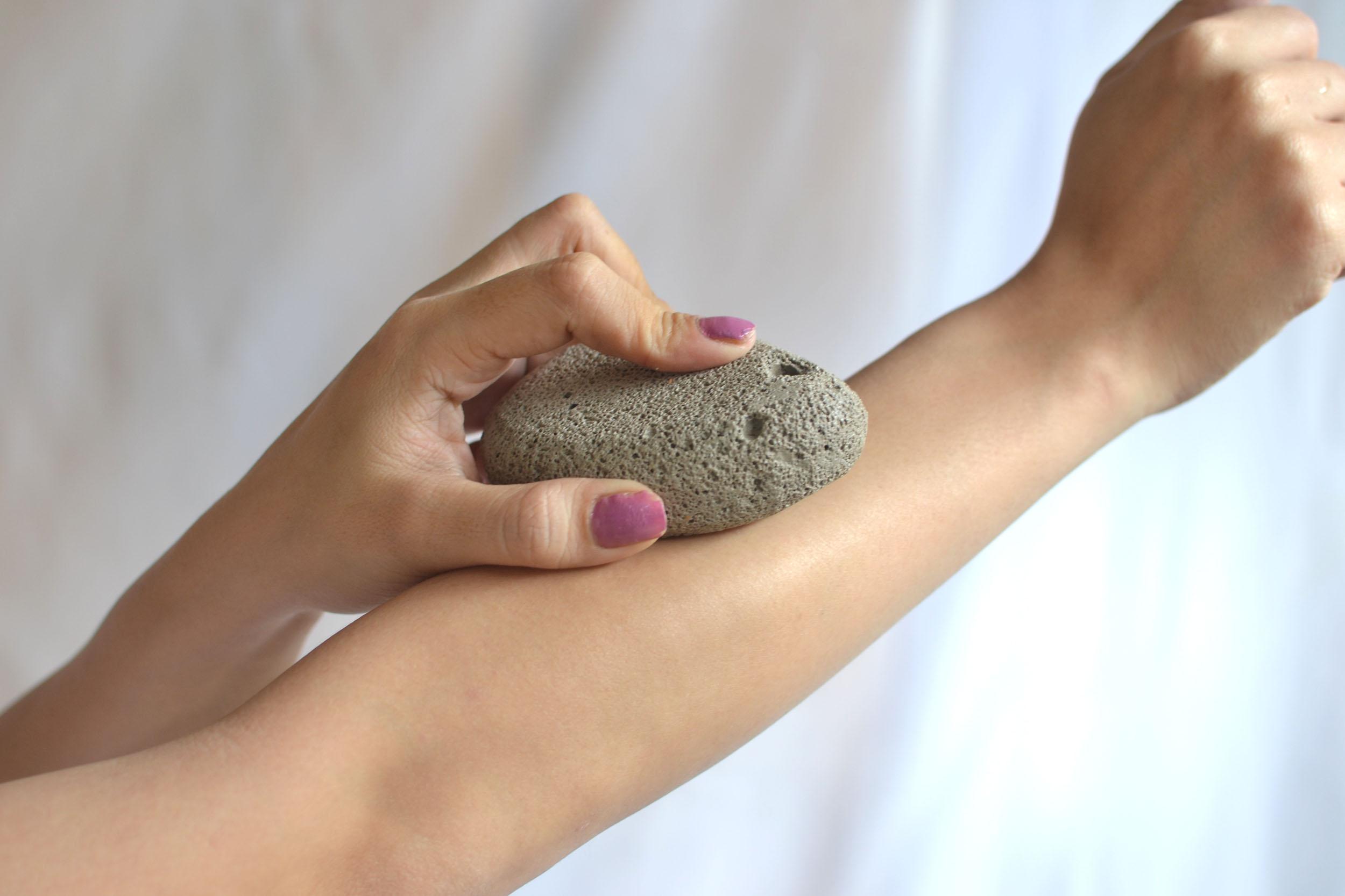 تعرفي كيف تستخدمي الحجر الخفاف لازالة شعر الجسم نهائيا