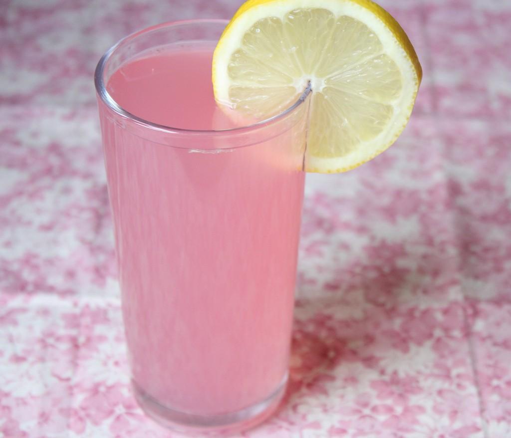 وصفة عمل عصير الليمون الوردي بالصور عصير-الليم�