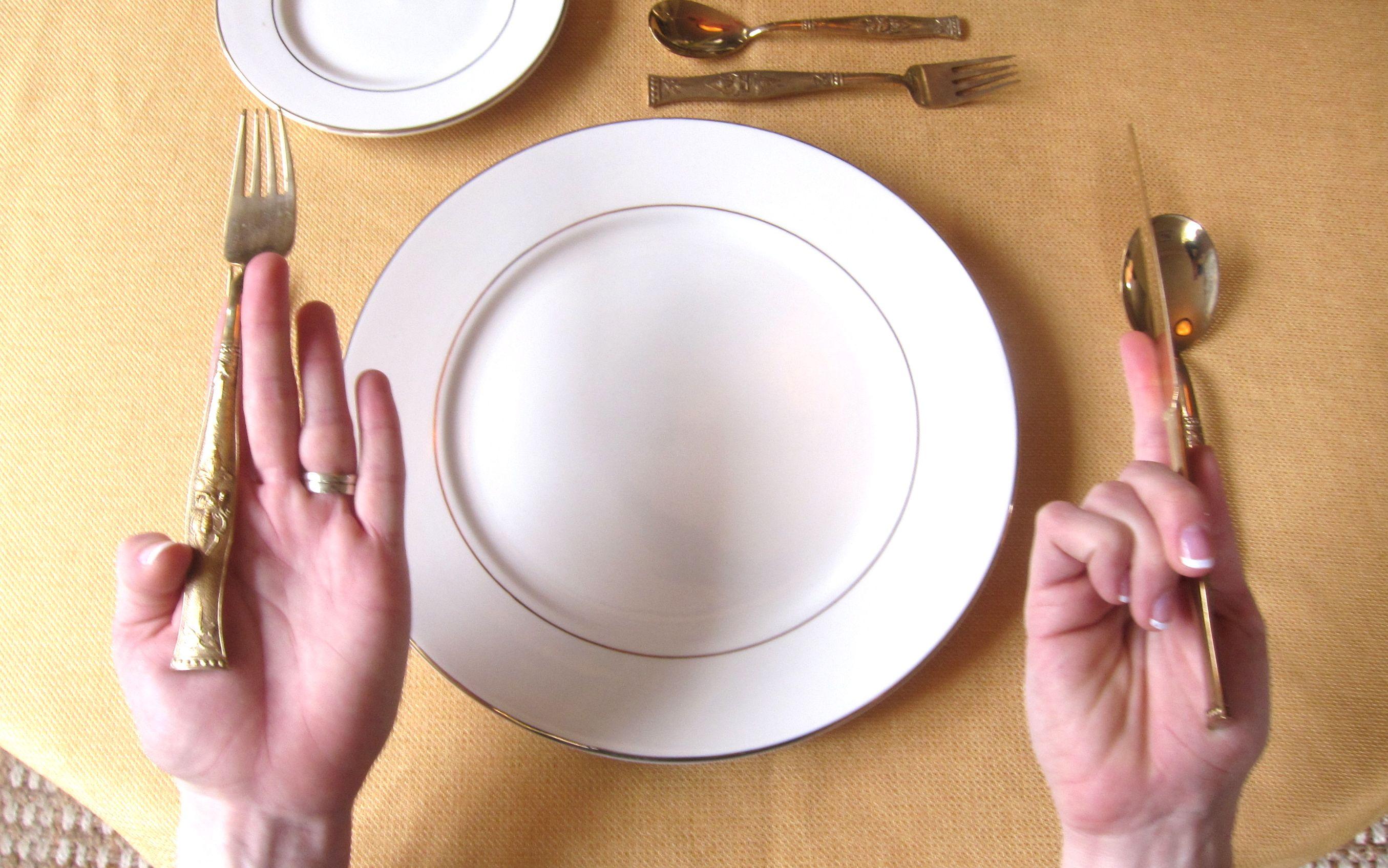 اتيكيت تناول الطعام على المائدة ثقف نفسك