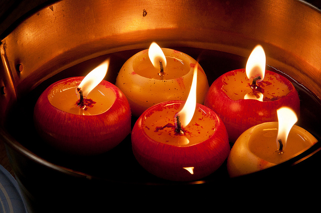 طريقة عمل شمعة التفاح بالصور لإضاءة ليلية رومانسية بالمنزل