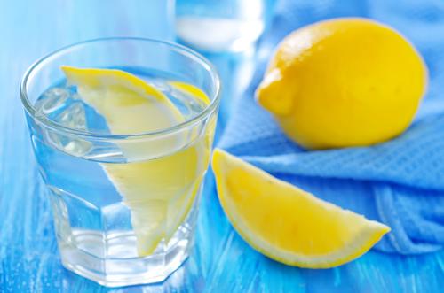 فوائد خلط الماء مع الليمون