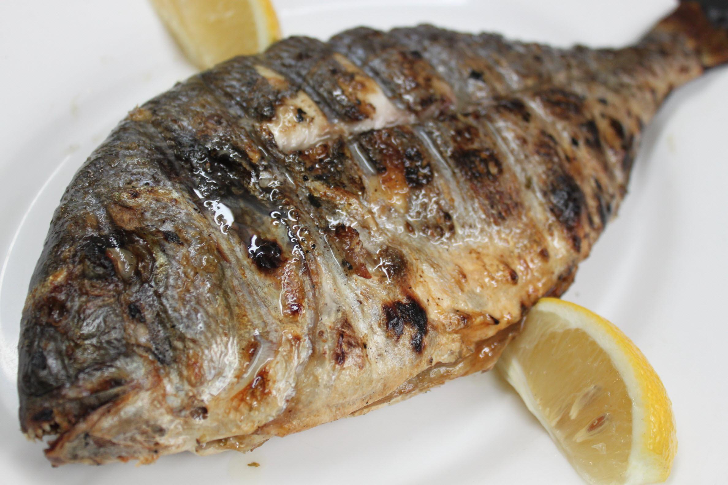 بالصور تعلمي تحضيري السمك المشوي بوصفته الأصلية اللذيذه