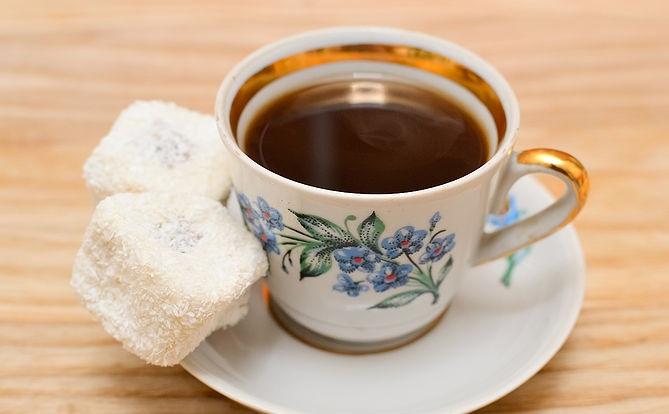 321560615 حاول الحفاظ علي شكل فنجان القهوة التركية نظيف و لامع و الصب بعناية حتي لا  توجد قهوة علي الجوانب .و يمكنك إضافة الملبن أو أي قطعة حلوى بجانب القهوة  لتناوله ...