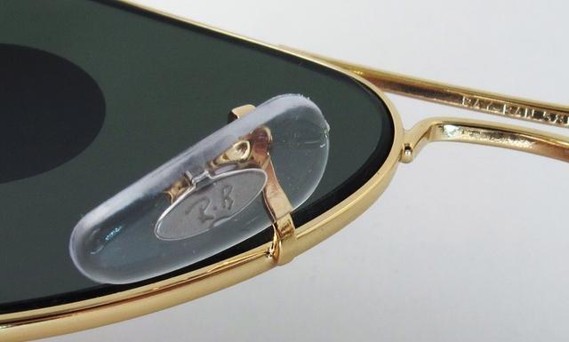 3f80ca38dfa85 من المميزات الجديدة لنظارات الراي بان الأصلية أنه يتم حفر RB علي العدسة  اليسري يمكنك مقارنة المكان مع حجم الخط بعناية فائقة .