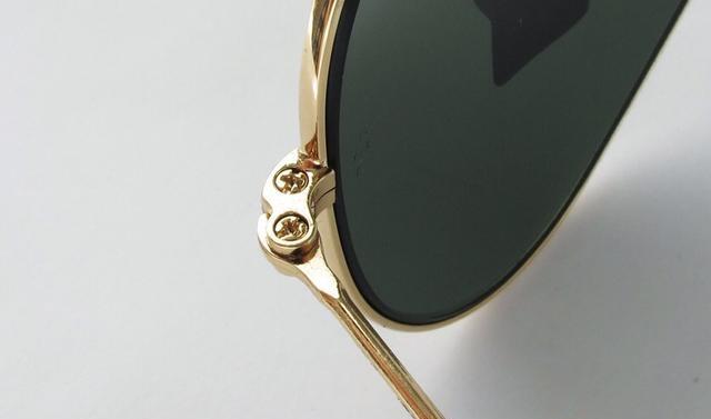2a0e43eaa من المميزات الجديدة لنظارات الراي بان الأصلية أنه يتم حفر RB علي العدسة  اليسري يمكنك مقارنة المكان مع حجم الخط بعناية فائقة .