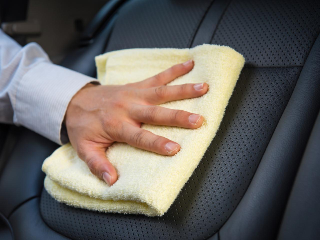 تنظيف جلد السيارة
