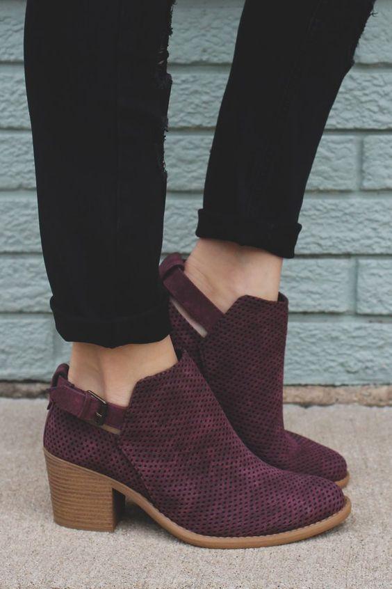 9780d3db9 يمكنك التجول بالاحذية في المتجر قبل إتخاذ قرار الشراء وجلب الجوارب عليك عند  إرتدائها مع الاحذية. يجب أن تكون هناك مساحة كافية في أخمص القدمين حتي لا  تشعر ...