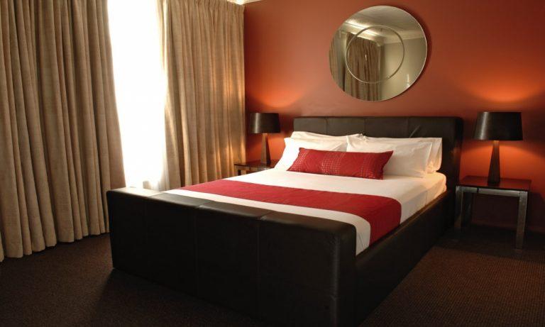 صور غرف نوم باللون الأحمر -نوم-باللون-الأحمر-بالصور63