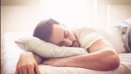 اضرار النوم على البطن